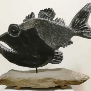 """Raubfisch"" – Statue aus Schiefer by Peter Fischer Blessin"