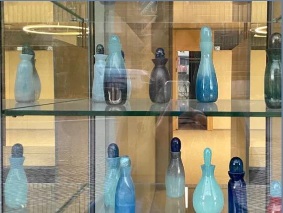 Katharina Hohmann Parfum Kunst Geld stinkt nicht Finanzamt Karlsruhe Kunst Vitrine Ausstellung Duftwasser Steuerduft Hohmann Konzeptkunst Duft