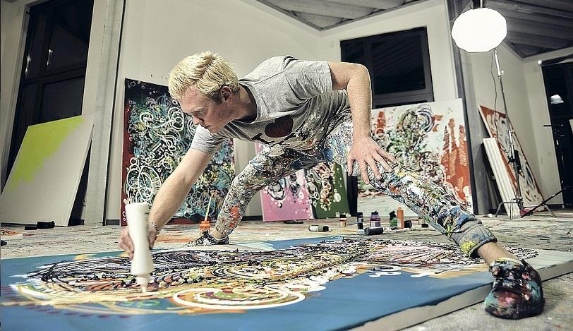 Der Künstler Leon Löwentraut in seinem Atelier, Foto: Adrian Bedoy, Rechte: Leon Löwentraut