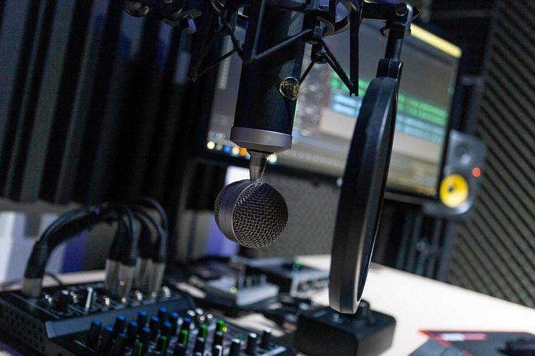 Podcast Schirn Critical Land Podcast frankfurt kunsthalle schirn CARMEN ROBERTSON. MYTHOS DER UNBERÜHRTEN NATURCAROLINE MONNET. INDIGENE KUNST UND IDENTITÄT transatlantik podcast schirnhalle